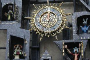 Часы на театре кукол Образцова. Монумент «Кукольные часы»